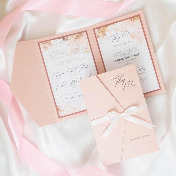 Thiệp cưới mở ba tông màu hồng phấn nhã nhặn | Hoạ tiết bụi vàng trên nền màu nước sang trọng | An Hieu Wedding
