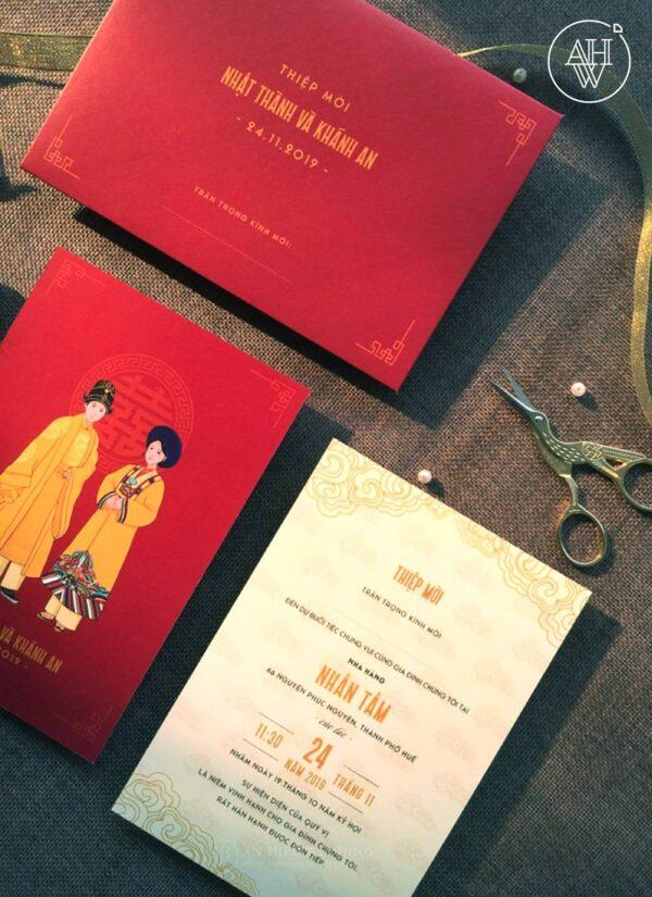 Thiệp cưới Hoạt họa Cặp đôi mặc áo Hoàng Bào | Họa tiết Truyền Thống | Tông màu Đỏ Vàng - An Hieu Wedding