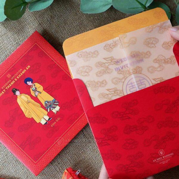 AHO-018 - Thiệp cưới đỏ Truyền Thống | Hình hoạt họa cặp đôi mặc Hoàng Bào trên nền họa tiết Cung Đình - An Hieu Wedding